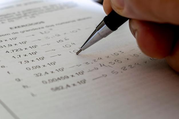 수학 문제를 해결하는 기계 연필로 손.