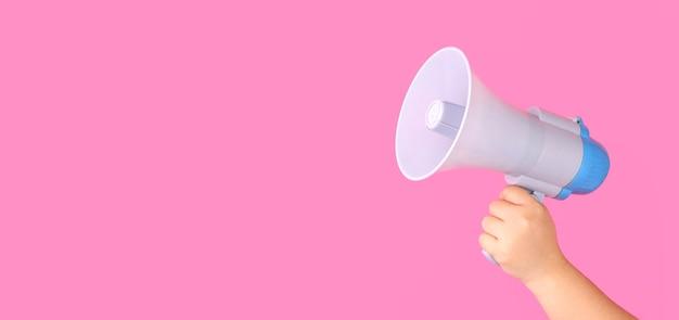 Рука с мегафоном на розовом фоне