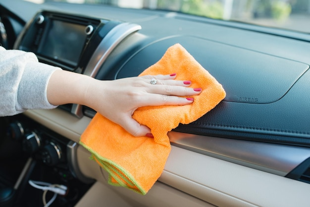 マイクロファイバークロスクリーニングシート、オートディテールとバレッティングコンセプト、カーケアインテリアの洗浄、セレクティブフォーカスを備えた手