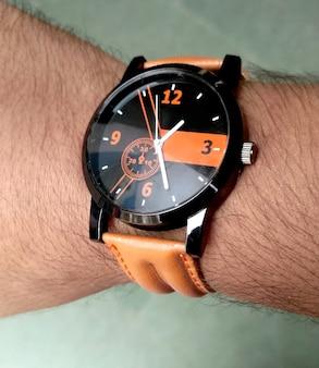 흰색 바탕에 시간을 보여주는 오래되고 녹슨 손목 시계가 있는 손