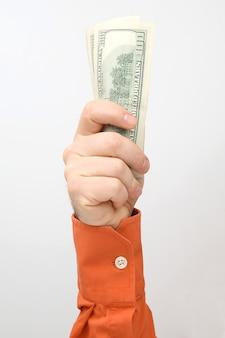 뻗은 돈 지폐와 손입니다. 재무 운영. 비즈니스 관계