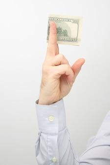 뻗은 돈 지폐와 손. 재무 운영. 비즈니스 관계