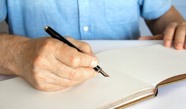 작성하려고 하는 펜과 노트북으로 손.