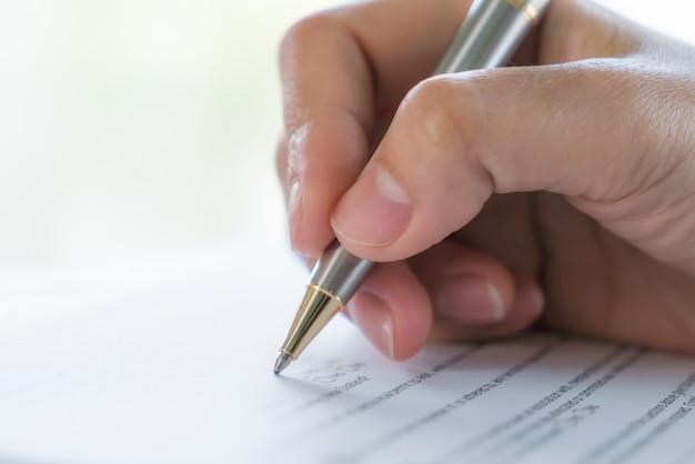申込書の上にペンでハンド