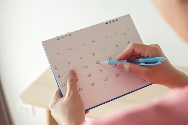 カレンダーの日付にペンで書く手
