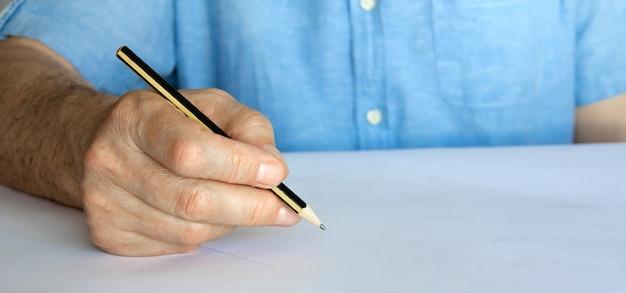 쓰기에 대 한 연필과 빈 종이와 손.