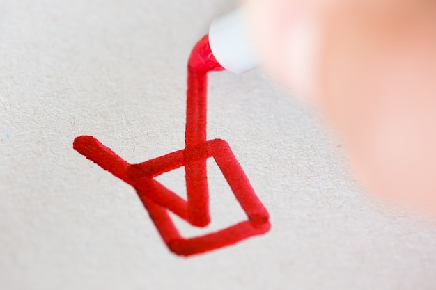 체크 박스를 표시하는 빨간 펜으로 손 프리미엄 사진