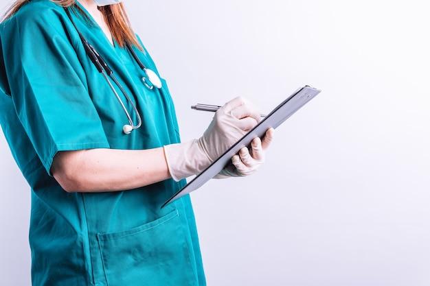 청진기를 든 손은 보고서 개념 의료 보고서를 씁니다.