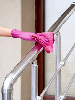 Рука с хирургической чисткой перчаток поручня с тканью