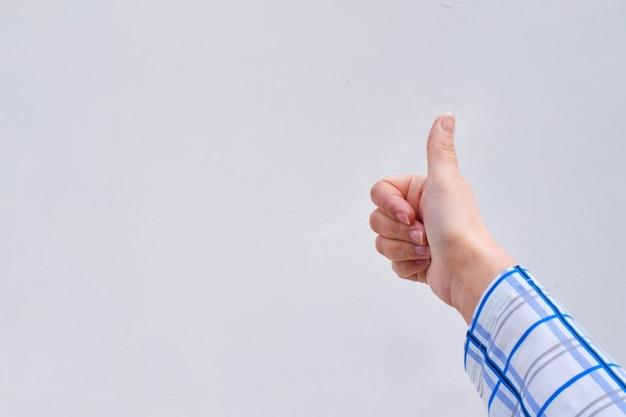 Рука с большими пальцами руки вверх