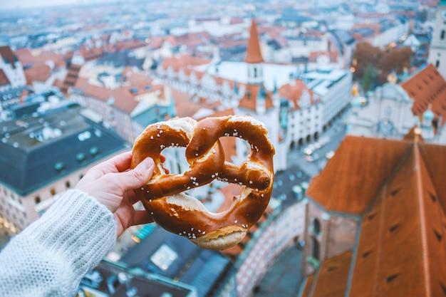 伝統的なドイツのパンプレッツェルを手に