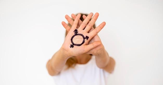 Mano con segno transgender