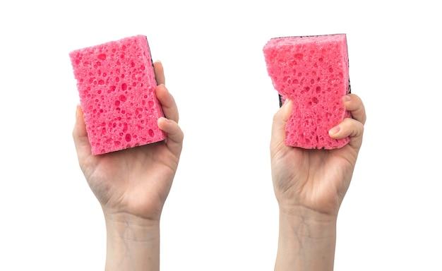 白い背景の写真で隔離の赤いキッチンスポンジを使用して保護手袋のない手