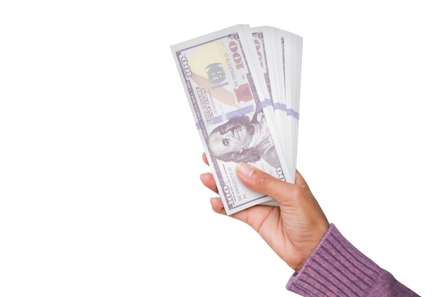 흰색 배경에 고립 된 급여에 대 한 현금 지폐 100 달러를 들고 스웨터와 손 여자. 계획은 돈 투자를 벌고 2022년 새해를 위해 미래를 저축합니다. 금융 및 비즈니스 개념입니다.