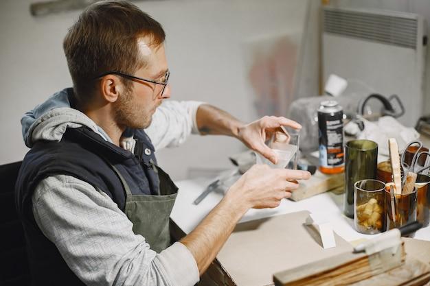 빈 잔 손 노동자입니다. 남자의 손 클로즈업. 생산의 개념.