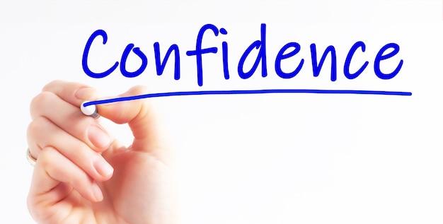 Почерк надпись уверенность с синим цветным маркером, концепция, стоковое изображение