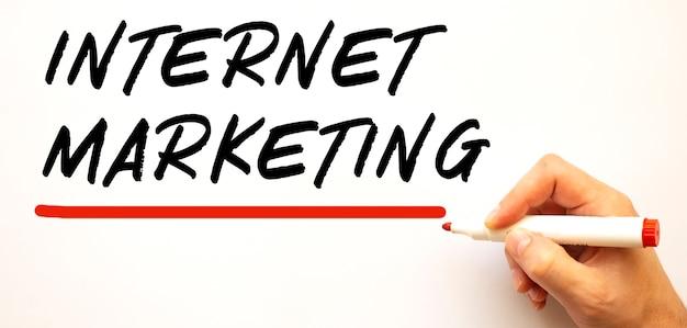 Почерк интернет-маркетинг с красным маркером изолированные