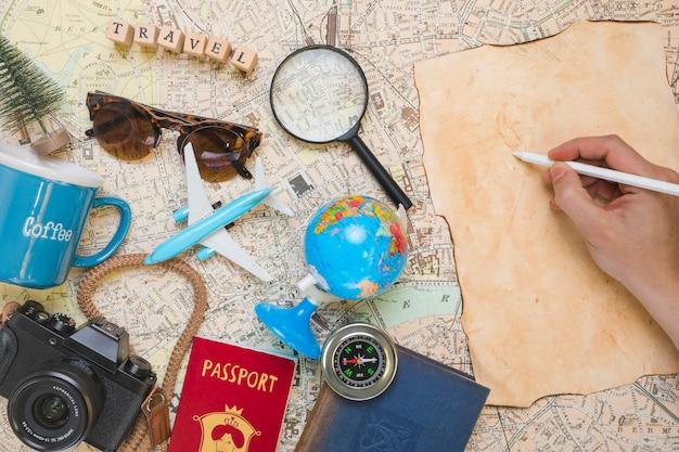 Почерк рядом с элементами путешествия