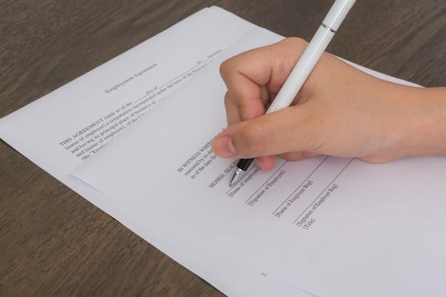 펜으로 종이에 쓰는 손