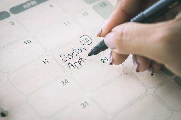 手書きメモカレンダーで医師の予定を思い出させる