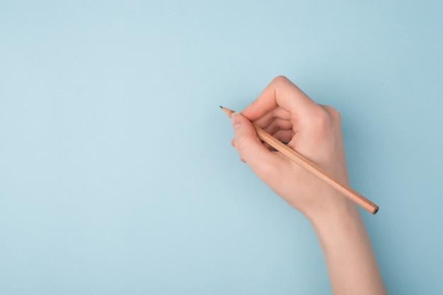 Почерк карандашом на синем фоне
