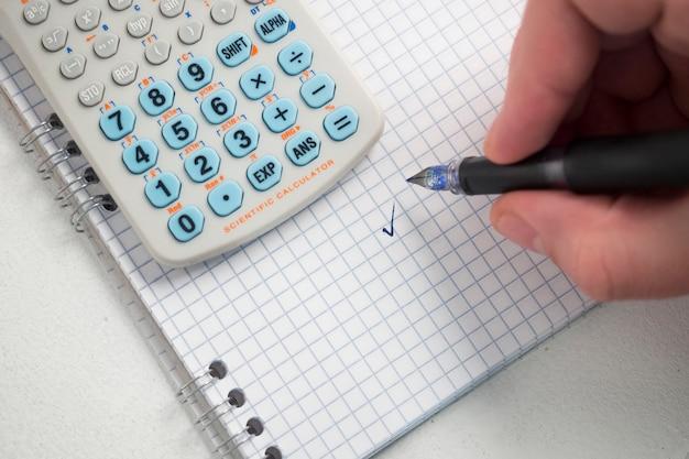 Почерк с ручкой на бумаге