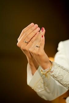 結婚指輪を示すジャワの花嫁と花handの手