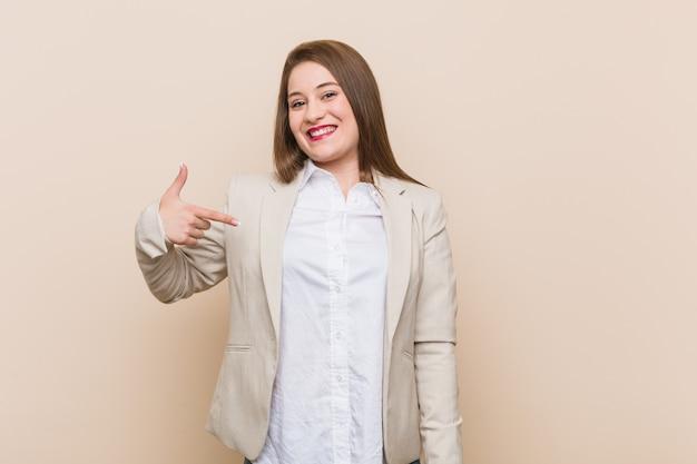 Молодой бизнес женщина лицо, указывающее на handa рубашку копией пространства, гордый и уверенный
