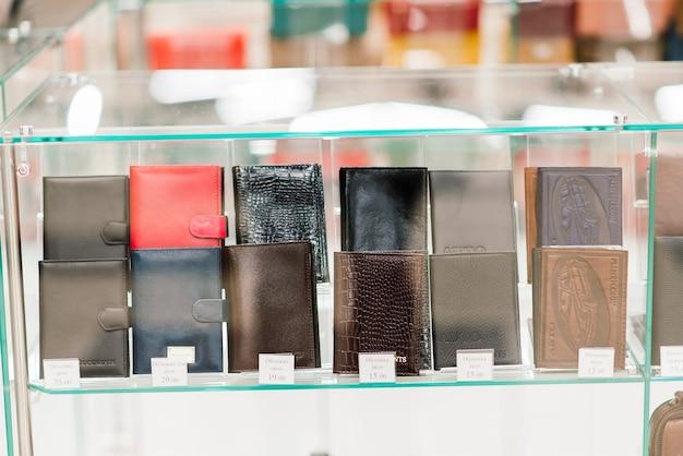 고급 패션 매장, 쇼케이스에 있는 핸드백과 지갑