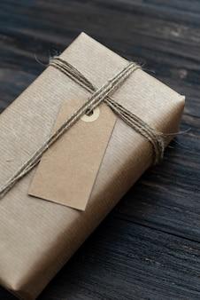 リサイクルクラフト紙で包まれた手作りのクリスマスプレゼント