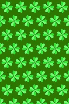 緑の壁に紙で作られた4枚の花びらを持つ手作りのクローバーの緑の植物のパターン。幸せな聖パトリックの日のコンセプト。