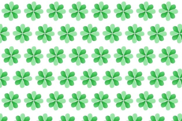 흰 벽에 종이로 만든 네 개의 꽃잎으로 토끼풀의 녹색 식물 패턴을 공예합니다. 해피 성 패트릭의 날 개념.