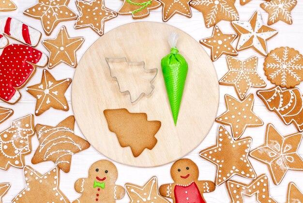 Сделано вручную, расписано вручную. изготовление, украшение рождественского печенья в домашних условиях. рождественские пряники