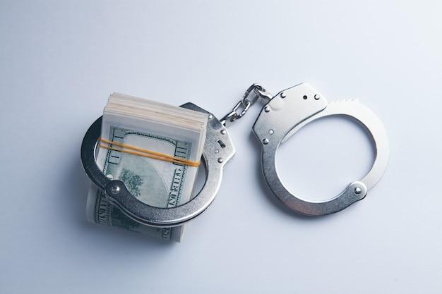 Наручники и деньги на столе