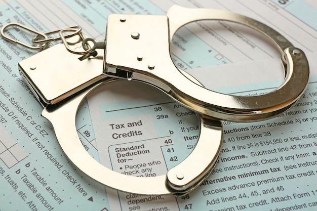 所得税申告書の背景に手錠