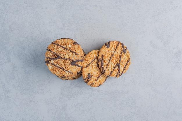 大理石の表面に束ねられた一握りのクッキー