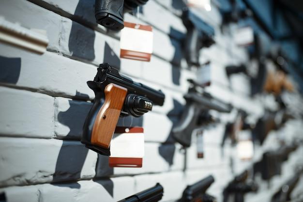 총기 상점에서 쇼케이스에 권총