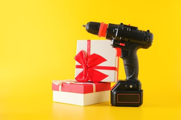 핸드 헬드 무선 파워 드릴, 핸드 배터리 드라이버 및 선물 상자. 남자를위한 선물 놀라움의 개념, 복사 공간