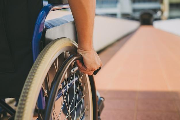 車椅子の障害者または障害者