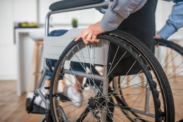 신체적 장애가 있는. 휠체어에 사람의 클로즈업
