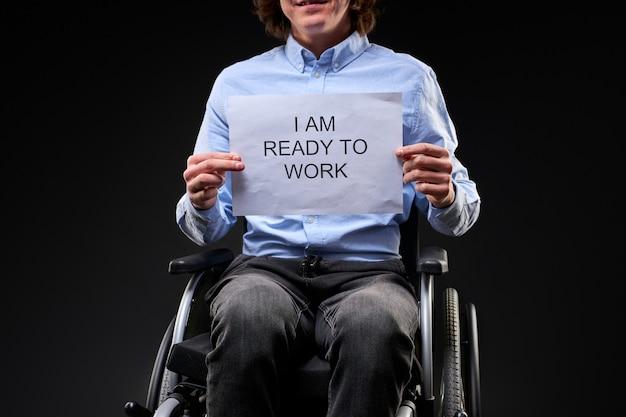 장애인 남자는 일자리를 찾고, 백인 젊은 남자는 휠체어가 필요한 직업에 앉아, 그는 일할 준비가되어 있습니다. 장애에도 불구하고