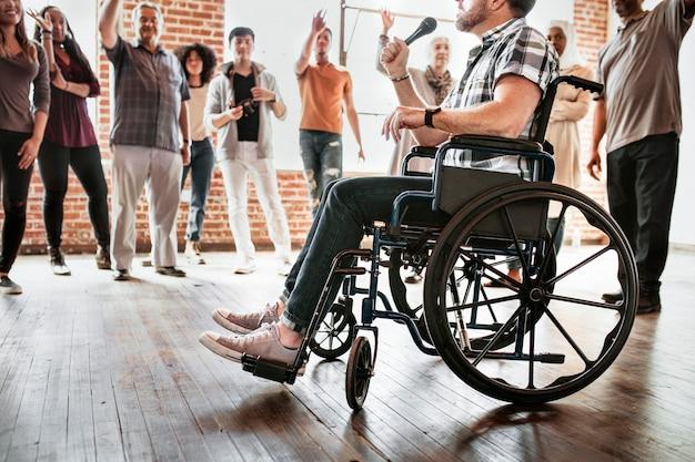 Человек с ограниченными возможностями, говорящий в микрофон в мастерской