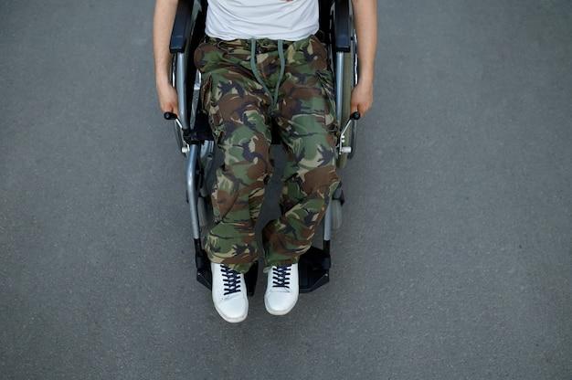 Военный-инвалид в инвалидной коляске, вид сверху