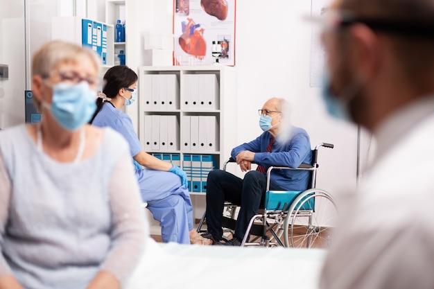 相談の過程で安全予防措置としてフェイスマスクを着用している障害のある患者
