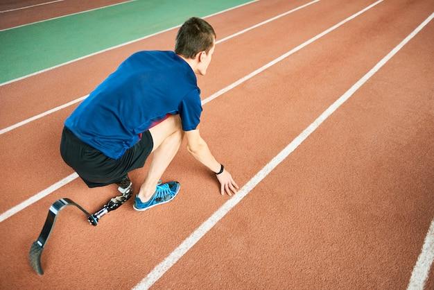 障害者のスポーツマンが実行する準備ができて