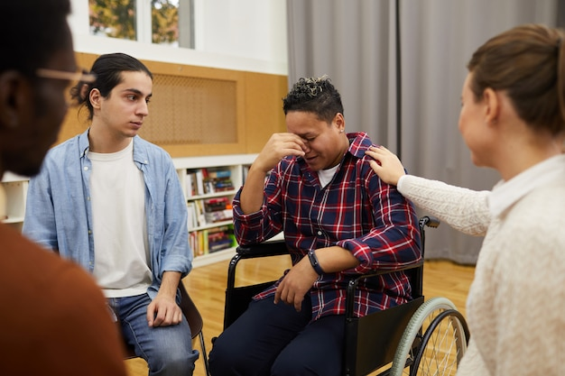 지원 그룹 회의에서 장애인 된 여자