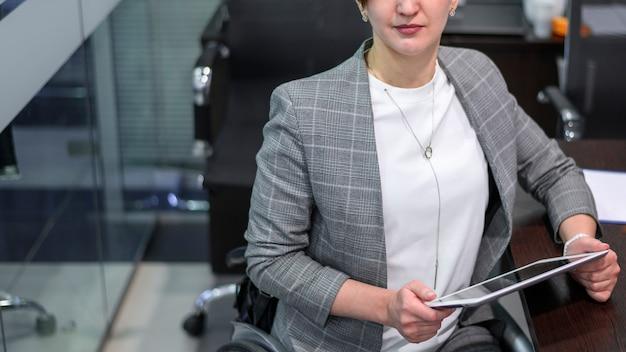 オフィスの高いビューで障害を持つ若い女性