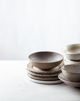 수공예 도자기, 빈 공예 세라믹 그릇 및 밝은 배경에 접시