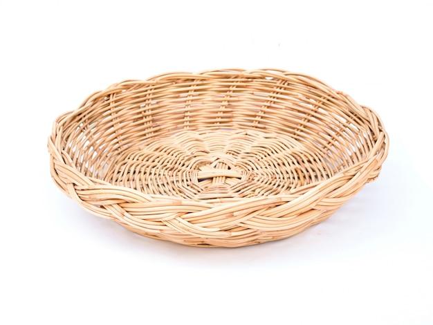 Ремесленная пустая круглая плетеная бамбуковая корзина, изолированная на белом пространстве