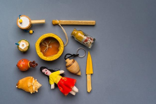 중성 회색 배경에 브라질 북동부 수공예품 및 기념품